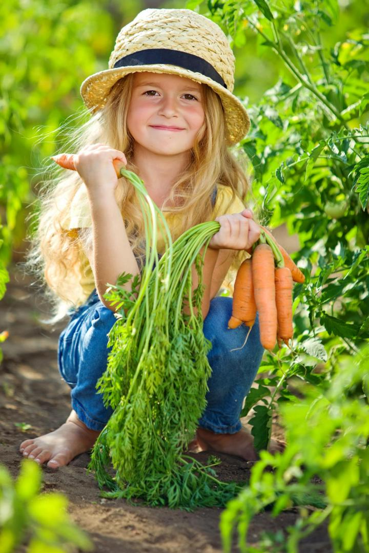 nina_buday_shutterstock_girl_with_carrots_full_width.jpg